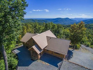 Beautiful 3BR Custom Built Log Home w/ Hot Tub and Amenities!, Old Fort