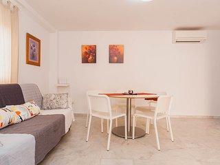 Salón muy amplio con sofá cama, aire acondicionado con bomba de calor