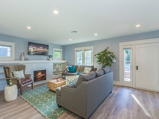 The Helena Home by Twelve Springs- 4 Bed Historic Beauty!, Anaheim