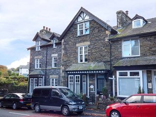 CUNSEY, second floor apartment, king-size beds, en-suite, town views, in Windermere, Ref 946311