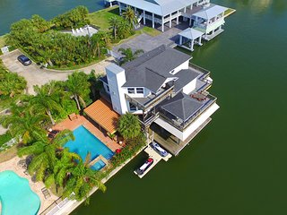 Something for Everyone..Gorgeous Canal Front. Pool,kitchen,kayaks,fishing,family