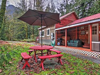 2BD Puget Sound Cabin w/ Hot Tub Near Skiing!, Baring