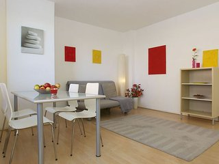 Spacious Nollendorfplatz 007 apartment in Schoneberg with WiFi, balcony & lift.