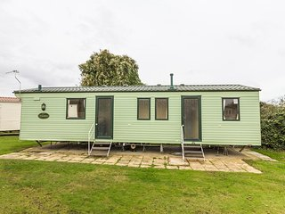8 Berth Caravan in Cherry Tree Holiday Park, Burgh Castle Ref: 70348