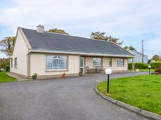 EVERGREEN HOUSE, traditonal, detached cottage, solid fuel stove, en-suites, pet-friendly, near Killorglin, Ref 903767