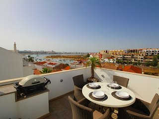 Townhouse Vista, Heart of village, Roof terrace, Hot tub, Estuary views, Ferragudo