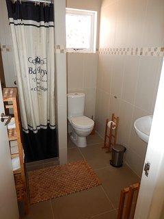 een van de 2 badkamers. De ene badkamer is te betreden vanuit de master bedroom.
