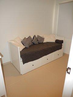 de slaapkamer met 2 persoons slaapbank en airco