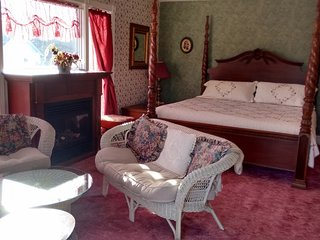 King (Honeymoon Suite) Andrea's Bed and Breakfast