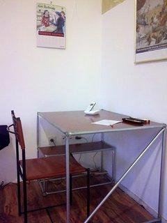 Schreibtisch mit Telefon( eigene Rufnummer, Festnetz kostenfrei, zB für Taxi, Tickets etc.)