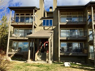 CONDO WITH STUNNING MOUNTAIN VIEWS, KEY LOCATION!