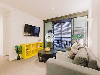 MODERN 2BDR 1 BATHR APT + ON FLINDERS ST + WIFI