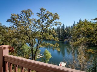 Spacious lakefront property w/ panoramic views, on-site golf, & shared pool