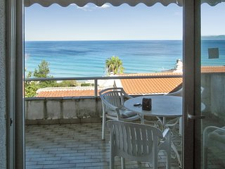 Sunny, 2-bedroom apartment in Kallithea with a furnished balcony and sea views – 60m from the beach!, Kriopigi