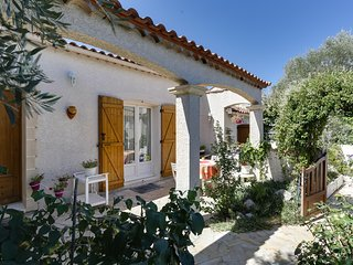 Sunny, 3-bedroom house outside Montpellier with WiFi, and furnished terrace - 900 metres from Massane's golf!, Baillargues
