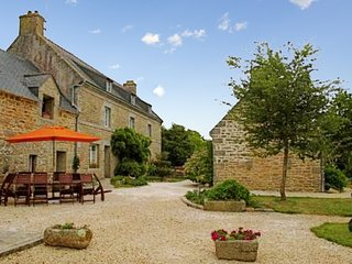 Traditional, 5-bedroom house with a furnished garden in Trégunc – situated very close to the ocean!