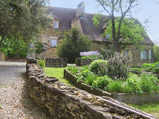 Charming, 2-bedroom house with magnificent valley views, a large garden and a swimming pool, Saint-Amand-de-Coly