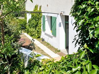 2-bedroom, 19th-Century stone house with a jacuzzi and enclosed garden – 30 minutes from the sea!, Cascastel-des-Corbieres
