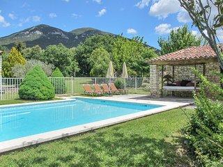 Mas de Rustrel – a rustic, 4-bedroom stone farmhouse with a spacious garden and swimming pool!