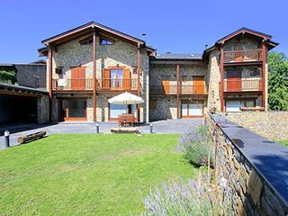 Rustic, 4-bedroom stone house in Bellver de Cerdanya with a furnished terrace – 12km from the slopes!