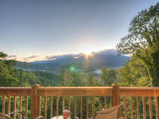 2BR Well-appointed Upscale Mountain Transitional home with Privacy, Long Range Mountain Views, Year Round Sun-rises, Foosball, Sugar Grove