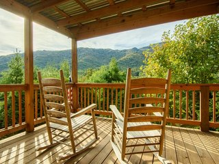 4BR, Grandfather Mtn Views, Hot Tub, Stone Fireplace, Stainless, Granite, Open Floor Plan, Close to Grandfather Mtn, Beech Mtn, Sugar Mtn, Valle Crucis, Blue Ridge Parkway, Seven Devils