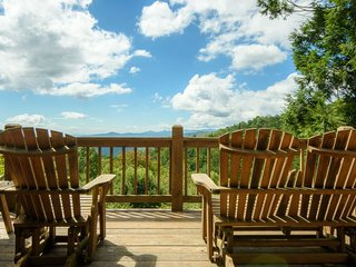 2BR Home, Open Floor Plan, Hot Tub, Long Range, Layered Views, Jacuzzi Tub, Gas Grill, Minutes from Blowing Rock, Blue Ridge Parkway, Sky Valley Ziplines