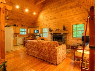 3BR, Hot Tub, Views, 0.2 mi to App Ski Mtn, Open Floor Plan, Vaulted Ceilings, Close to Boone, Blowing Rock, Tweetsie