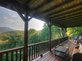 4BR, Grandfather Views, 6 Flatscreen TVs, King Suite with Jacuzzi Tub, Granite, Stainless, Stacked Stone Fireplace, Game Loft, Pool Table, Shuffleboard, Media Room with Dry Bar, Close to Boone, Banner Elk, Sugar Mtn, Valle Crucis, Hawksnest Snow Tubing, Foscoe
