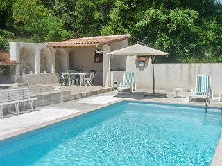 Traditional, 4-bedroom house with a furnished patio, garden area and private swimming pool!, Varages