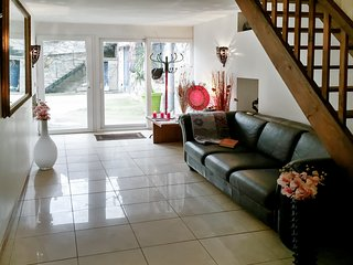 Well-appointed 4-bedroom duplex in quaint Milly-la-Forêt with furnished terrace, garden and WiFi!, Milly-la-Foret