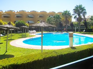 Fun-filled, 2-bedroom apartment in Islantilla with a shared swimming pool – 250 meters from the beach!, Isla Cristina