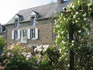 La Roseraie - a traditional, 3-bedroom stone house in Pleudihen-sur-Rance with a fenced garden.