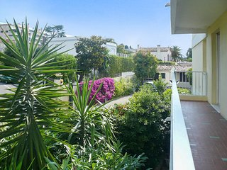 Cosy 2-bedroom apartment in Juan-les-Pins with furnished terrace, stunning sea views – 300m from beach!