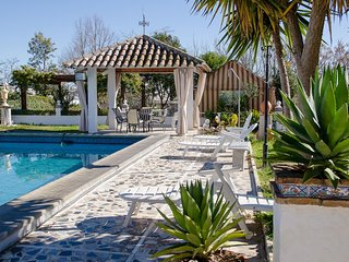 Gorgeous, 4-bedroom chalet, WiFi, swimming pool and a shaded, furnished terrace in Montemayor!