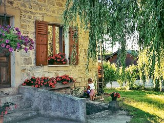 Gîte Montmillon - a traditional, 2-bedroom house with a furnished terrace and garden in Chamblay!, Écleux