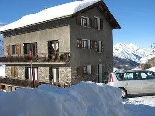 Génépi 2 – a spacious, 2-bedroom apartment located in the Alps, les Menuires / 3 vallées – 100m from the slopes!, Les Menuires