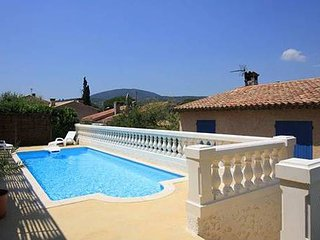 Bright, 5-bedroom house in Sainte-Maxime with WiFi, a terrace and swimming pool – 1km from the sea!, Ste-Maxime