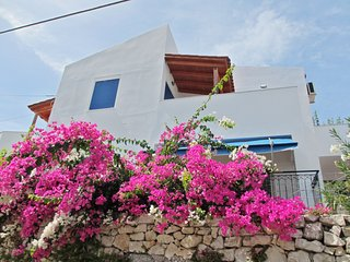 Sunny, 3-bedroom house with multiple furnished terraces and separate studio – 5km to the beach!, Kournas