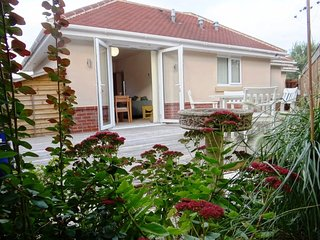 BOURNECOAST: Lavender Lodge - 2 Bedroom Bungalow near river and beaches - HB5845