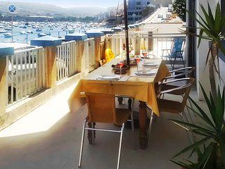 Comfortable, 3-bedroom semi-detached maisonette with WiFi, sea views and a spacious, shaded terrace!, St. Paul's Bay