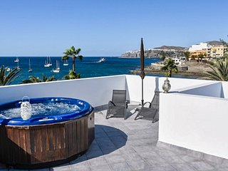 Luxury 1-bedroom apartment in the heart of Arguineguin, Gran Canaria with terrace and hot tub!