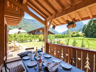 Chalet Sanamanda - a 5-bedroom chalet with mountain views and a terrace – 2km from the slopes!, Saint Jean d'Aulps