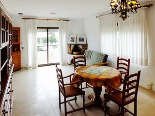 Sunny, 3-bedroom House in Parque de Montroig with a furnished terrace – 500m from the beach!