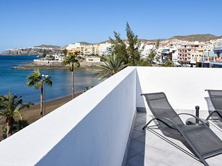 Sunny 2-bedroom apartment in central Arguineguin with a furnished terrace, sea views and jacuzzi!