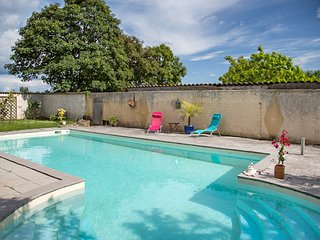 Traditional, 2-bedroom house in Duravel with WiFi, furnished garden and a shared swimming pool!, Vire-sur-Lot