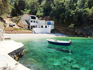 Isolated house w/ private beach