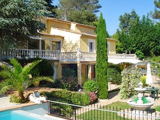 Spacious 3-bedroom villa in relaxed Roquefort-les-Pins with an infinity pool and a pool house, Roquefort les Pins