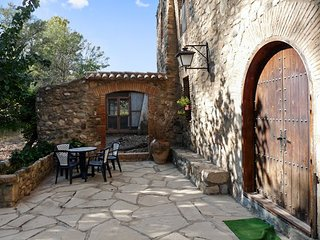Spacious, converted flour mill in La Morera de Montsant with 7 bedrooms and a furnished terrace!