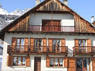 Chalet with 5 rooms in Vaujany, with wonderful mountain view, terrace and WiFi